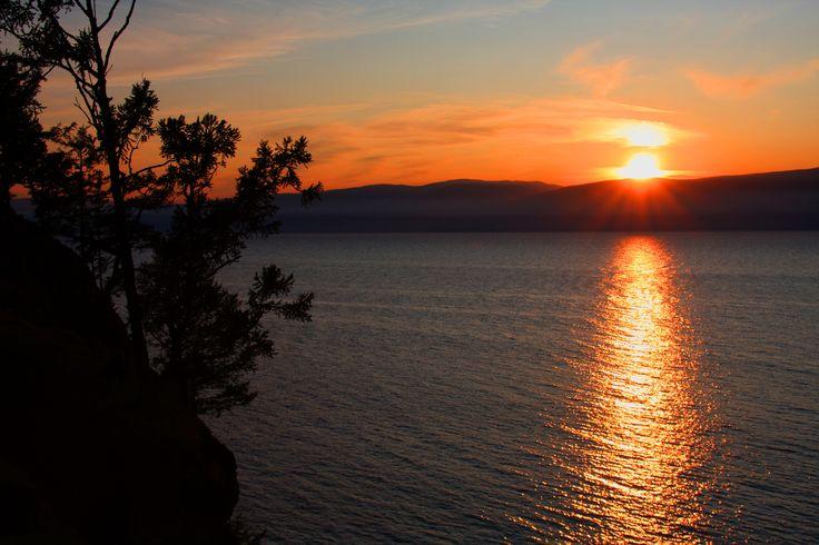 Irkutsk situa-se nas margens do rio Angara, que e alimentado pelo lago Baikal. Esta cidade, considerada por muitos a pérola da Sibéria, é a capital da região. Outrora um importante ponto nas rotas comerciais entre a Mongólia, China, Tibete e Rússia, hoje perdeu essa função mas ganhou a de importante centro turístico. Irkutsk dista 70 …