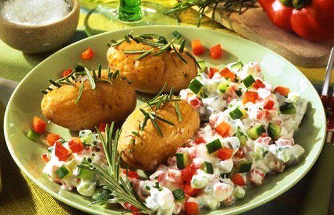 Rosmarin-Kartoffeln mit Paprika-Gurken-Quark