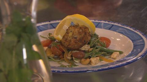Sharon maakt viskoekjes van makreel en een salade van sugarsnaps, noten en feta.