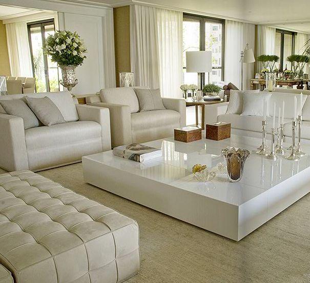 sofá branco e mesa de centro