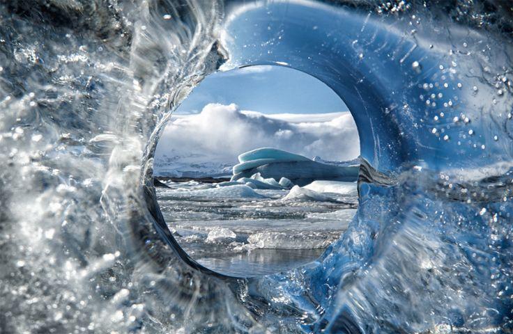 Circuitul inghetat a fost descoperit de fotograful Tim Vollmer, in timpul unei calatorii in Islanda. Cercul din gheata a devenit imediat un cadru pentru tabloul rece din fundal. Poti lua si tu acea...