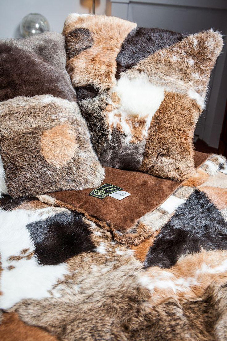 Coussin en Patchwork Marron de Fourrure de Lapin Long Hair http://www.fourrure-privee.com/fr/decoration-fourrure/divers/coussin-en-patchwork-marron-de-fourrure-de-lapin-long-hair-453