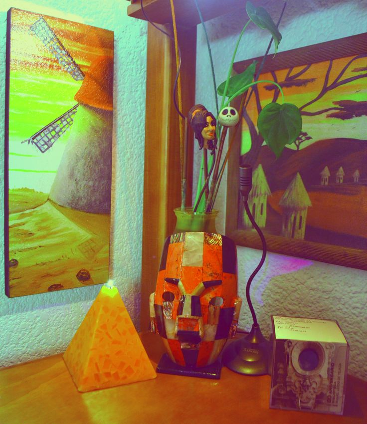 """I love the #AmyWinehouse and #Jack heads sustained in the bamboo sticks and protruding between plants. I bought the mask in """"Taxco, Guerrero"""".  The work is not so heavy if I have this seen all the time.  #Mexico #Plants #Room #EtnoHipster"""