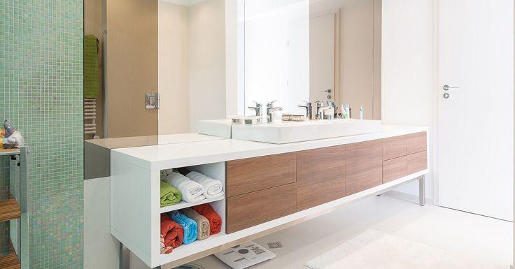 <p>Natural, simplu, util – sunt cuvintele cheie ale întregului apartament. Mobilierul din cele două băi este compact, astfel încât să ofere suficient spaţiu de depozitare, dar în acelaşi timp să nu ocupe din spaţiul camerei. Cromatică naturală, mult alb şi…</p>