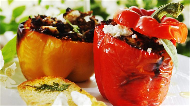 Servér fylte paprika med hvitløksbrød, dryppet med jomfruolje.