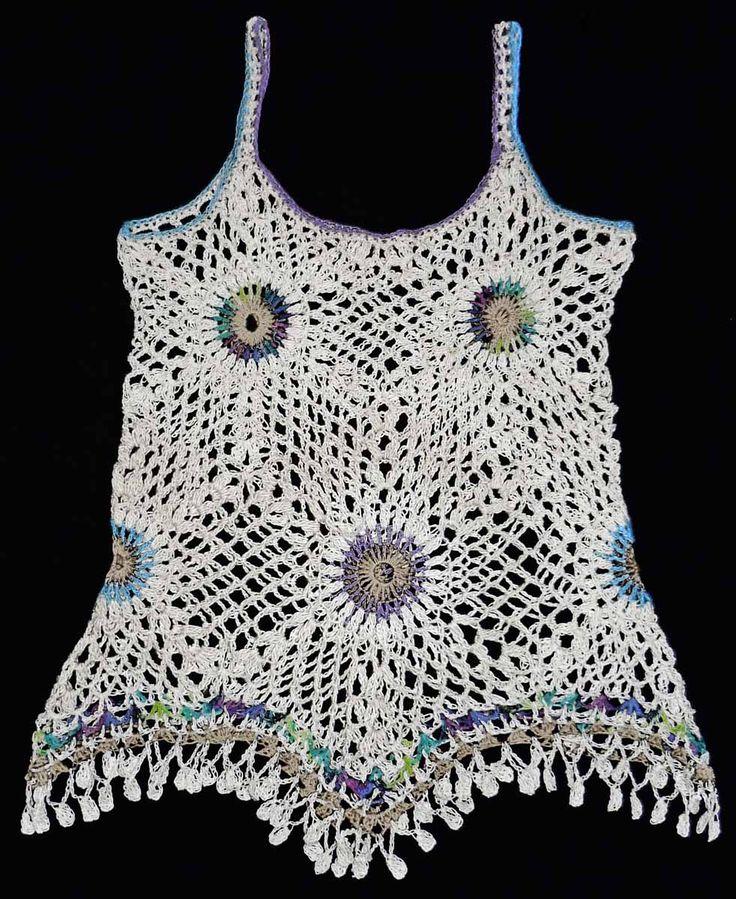 Blusa tejida a crochet en estambre acrílico blanco e hilos en colores beige, verde matizado y lila, talla M