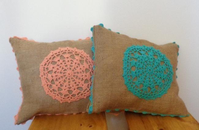 Almohadones realizados en arpillera con aplicación en en tejido y puntilla, con cierre. Rellenos con vellon siliconado. Medidas: 36 X 30 c...107870931