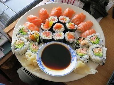 Sushi fatto in casa Ingredienti (per 4 persone) 400 gr di riso per il sushi (oppure Vialone nano) 3 cucchiai di aceto di riso 1 cucchiaio di sake 2 cucchiai di zucchero 1 cucchiaino di sale 5 gr di alga kombu 150 gr di filetto di tonno 150 gr di filetto di salmone Wasabi Salsa...