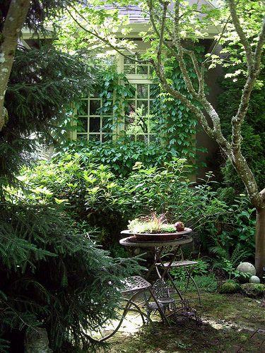 Une cabane, une table... au fond du jardin
