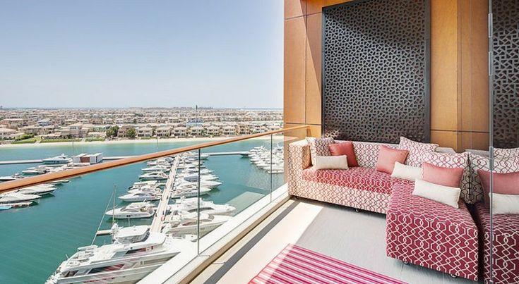 La terrasse de cet appartement avec vue sur la marina