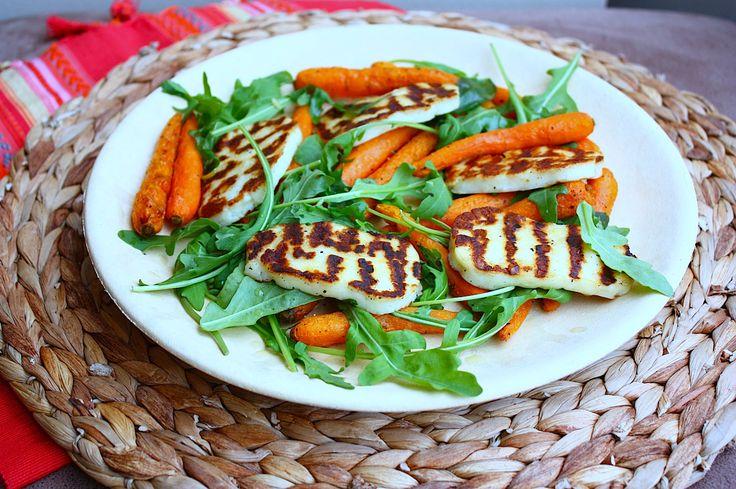 Deze salade met geroosterde halloumi en wortel is heerlijk en je tovert 'm zo om in een maaltijdsalade! Niet eerder wist ik dat halloumi zo lekker was.