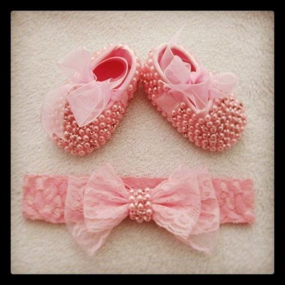 Sapatinho de bebe bordado em pérolas e strass cor de rosa e Faixa a escolher  Tamanhos disponíveis do sapatinho: RN (8 cm) P 14 (8,5 cm) M 15 (9, 5 cm) G 16 (10,5 cm)  ***Pagamento direto tem desconto*** R$ 149,00