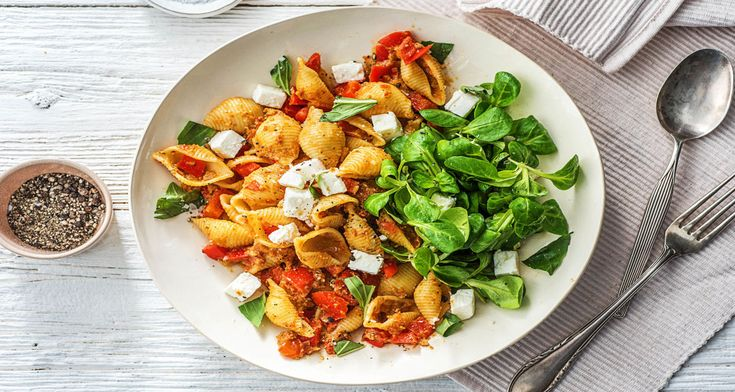 S'il est moins connu que sa variante verte, le pesto rouge n'est est pas moins délicieux. Avec sa saveur intense, le pesto fait une bonne base pour vos plats lorsque vous manquez de temps. Vous n'avez besoin que de quelques autres ingrédients pour préparer une sauce succulente. Préparé à partir de tomates séchées, le pesto rouge donne à ces pâtes un goût intense tout droit sorti du bassin méditerranéen que vient sublimer le salé de la feta.