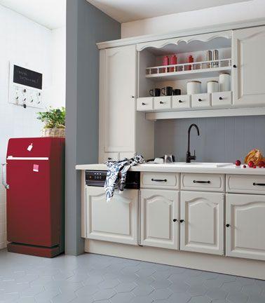 Peindre meuble cuisine. Cuisine relookée avec peinture Rénovation de V33. Meubles de cuisine peinture sans poncer couleur gris sésame , carrelage au sol peinture couleur gris, faïence couleur carbone, frigo avec peinture pour électroménager couleur cassis