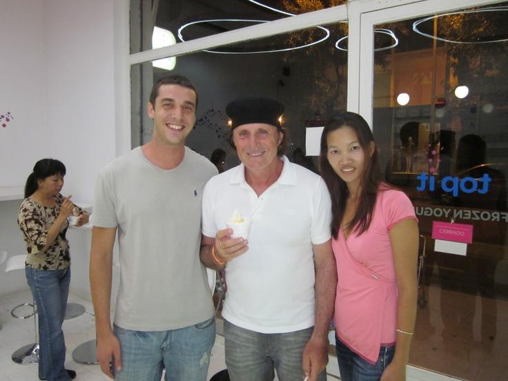 Guillermo Vilas, tenista campeón de varios Gran Slam, con su familia en TOP IT después de cenar en Palermo