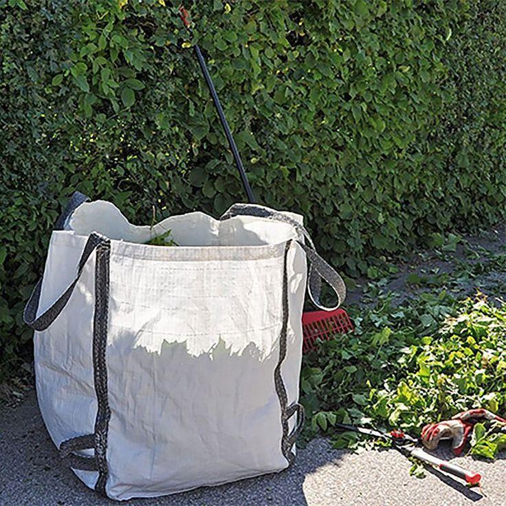 """En smidig säck för trädgårdsvfall är perfekt nu inför höstens rensning. Denna är enkel att tömma i komposten eller på återvinningen tack vare de fyra extraöglorna i botten. Väldigt praktiskt och smart. Beställ för 99kr.  Just nu är det fri frakt och 15% rabatt på hela sortimentet! Glöm inte att ange """"FEMTON"""" i rabattfältet."""