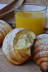 Ogni tanto mi piace sperimentare qualche ingrediente diverso nelle brioches della colazione; con la panna vengono particolarmente sapori...