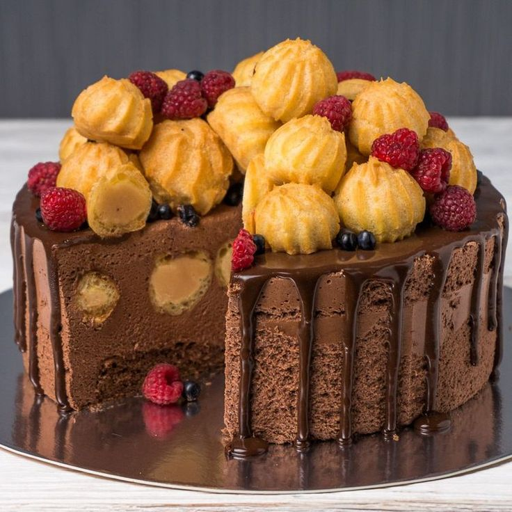 Шоколадный торт-суфле с карамельными профитролями