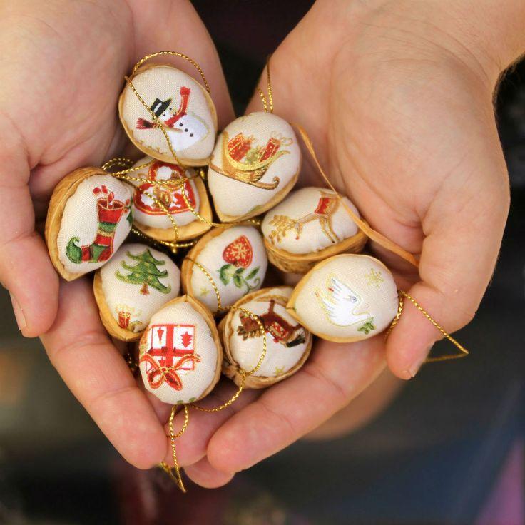 Retro+Vánoční+ozdoby+oříšky+-+nádherná+sada+10+ks+Klasické+oříškové+Vánoční+ozdoby+inspirované+vzpomínkami.+Cena+zasadu+=+10+ks,+každý+motiv+jiný.+KRÁSNÉ+VÁNOČNÍ+MOTIVY.+Látka+100%+bavlna,+výplň+PES,+++zlatý+provázek+Na+přání+mohu+vyrobit+více+ozbod.+Výška+cca+3-4+cm++stuha+na+zavěšení.+Průměr+ozdobycca+2,5-3+cm.+Slaďte+si+Vánoce:+Kuchyňské...