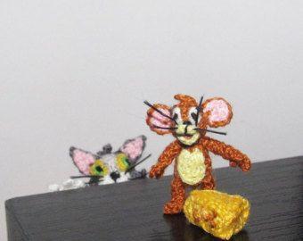 Qui sono uncinetto in miniatura Tom e Jerry.  Tom è di 5 cm / app. 2 e Jerry è solo 2 cm / 0.8.  A causa delle loro piccole dimensioni sono molto adatti per qualsiasi collezione di casa delle bambole o miniatura.  Questi Tom e Jerry non sono giocattoli per i bambini.    Per ulteriori in miniatura e micro caratteri, segui questo link:  http://www.Etsy.com/shop/ByAnni?section_id=13334662    Di spedizione:    Può richiedere 10-22 giorni lavorativi per arrivare ...