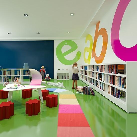 Biblioteca llena de color para los `peques. Desearán volver!