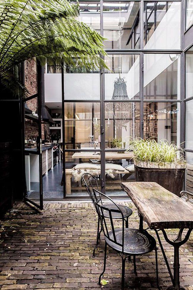 sol du patio ; et à l'intérieur, idée pour les fenetres intérieures des chambres sur rue (mais couleur huisseries blanches)?