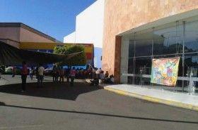 Bloquean maestros accesos a plazas comerciales de Oaxaca