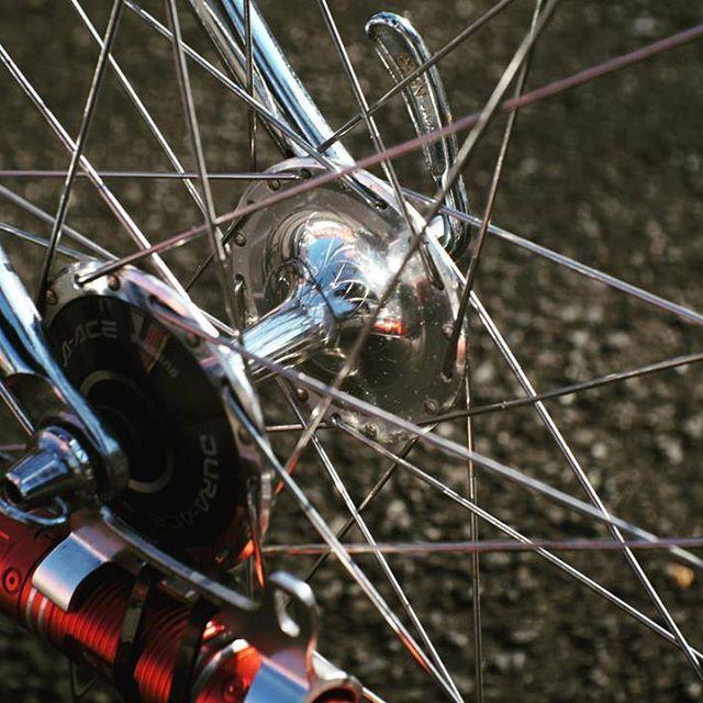 絶対的な性能とかいうものは脇に置いといて このキラッキラを見たらやっぱりニヤニヤしてしまうわけですよ。  #フユコダチ #streetphotography #スナップ #写イクリング #お写んぽ #玉ボケ#bokeh #サイクリング #cycling #自転車 #bicycle #ロードバイク #roadbike  #nikon #ニッコール #nikkor #ポタリング #単焦点レンズ #nexc3 #zunow #mavic #fixedbike #fixie #固定ギア #クロモリ #campagnolo #チューブラータイヤ