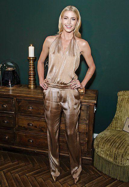Fashion-Looks: Goldkind Lena! Im glitzernden Metallic-Overall präsentiert Lena Gercke neben ihrem bezaubernden Lächeln noch ein weiteres, ganz besonderes Accessoire: ihren eleganten Verlobungsring von Star-Kicker Sami Khedira.