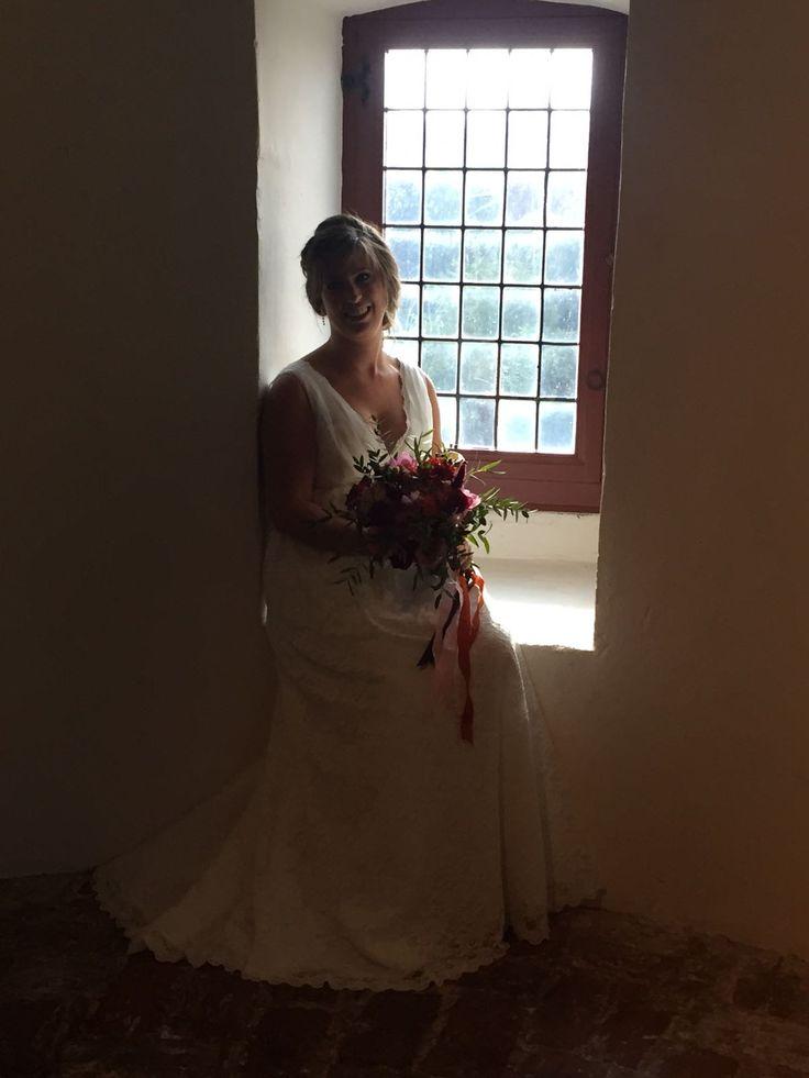"""Super leuke beurs gehad in Ammerzoden! Dit is onE """"zwangere"""" bruid gekleed voor de real life Wedding. Leuke as bruiden gesproken en afspraken gemaakt! Beurs gemist? 9 okt in Tilburg De Weddingfairbeurs daar zijn we ook aanwezig. #beurzen #bruidsjaponnen #Trouwbeurs #sayyestothedress #loveandmariagebeurs"""