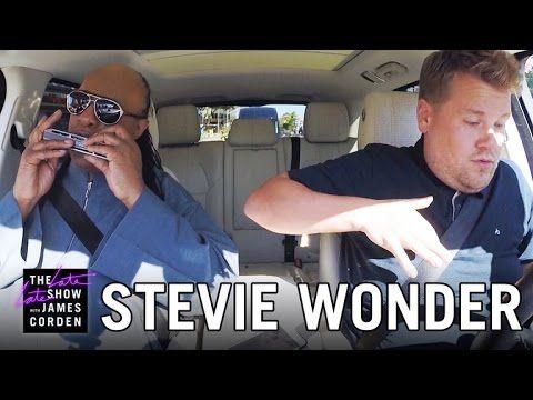 """Stevie Wonder Carpool Karaoke.    Publicado em 15 de setembro de 2015.  O comediante britânico James Corden tem um programa de TV em que ele leva pessoas pra dar um rolê de carro, e o convidado da vez foi o Stevie Wonder. Eles colocaram uns clássicos do Stevie Wonder no som, como """"Superstition"""", """"Isn't She Lovely"""" e """"Signed, Sealed, Delivered"""", e cantaram bem de boa – e o registro disso vai melhorar seu dia."""