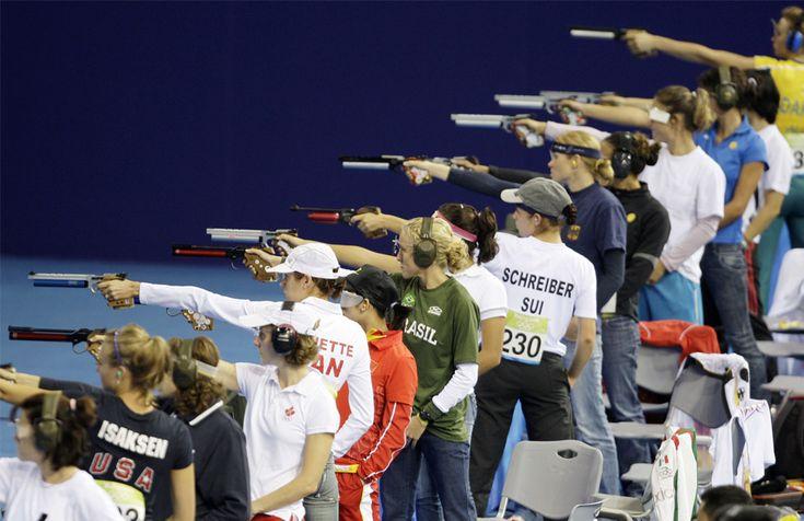 Los competidores de las modernas pistolas de aire para disparar en el pentatlón femenino en los Juegos Olímpicos de Beijing 2008
