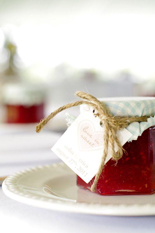 Souvenirs de casamiento economicos al estilo vintage: mermeladas en frasco