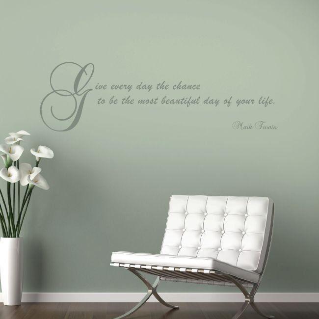 Inspirujący napis na ścianie w salonie. #design #urządzanie #urząrzaniewnętrz #urządzaniewnętrza #inspiracja #inspiracje #dekoracja #dekoracje #dom #mieszkanie #pokój #aranżacje #aranżacja #aranżacjewnętrz #aranżacjawnętrz #aranżowanie #aranżowaniewnętrz #ozdoby #motto #cytat #cytaty #fotel