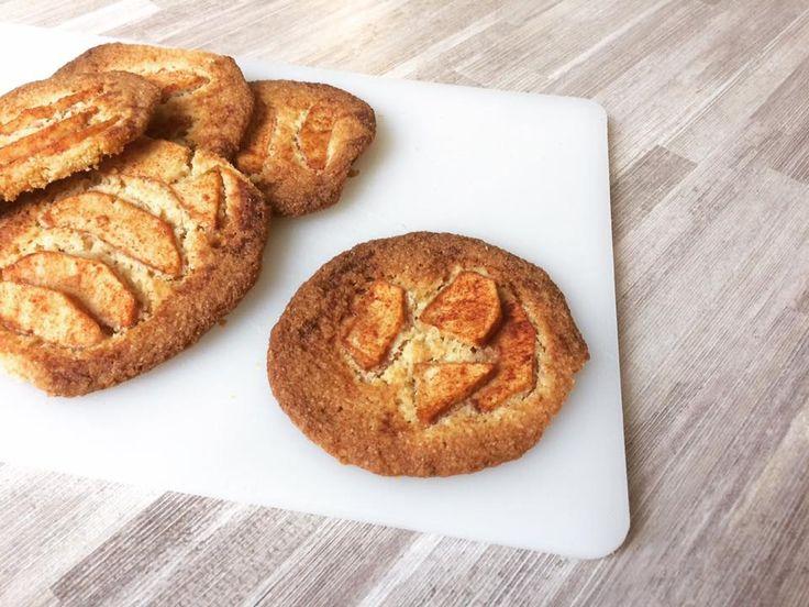 Recept: Krokante suikervrije en koolhydraatarme appelkoeken - Wat doen we op een regenachtige dag? Juist ja! Heerlijke koolhydraatarme appelkoeken maken van amandelmeel, nadien nog een extra warm kopje thee erbij met Steviala appel druppels of smaak naar keuze en mijn dag kan al niet meer stuk! Bovendien zijn deze krokante suikervrije koeken ook nog eens super makkelijk om te maken.