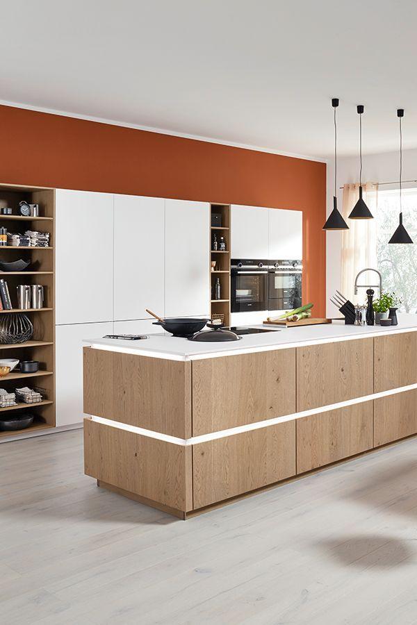 Küche grifflos weiß mit Kücheninsel in Holz / Handleless ...