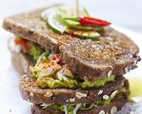 Sandwich (pain de seigle aux céréales) basque avocat crabe