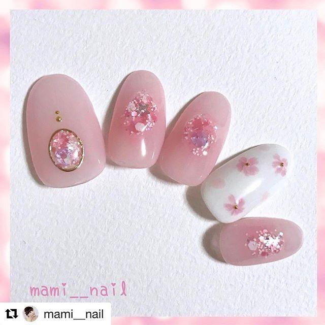 【homei_nail】さんのInstagramをピンしています。 《HOMEIオフィシャルネイリスト💅🏻💅🏻💅🏻💅🏻 @mami__nail さま💖💖がHOMEIウィークリージェルとスパンコールネイルを使用した桜アレンジをご紹介していただいております✨✨ ご紹介ありがとうございます😊  #Repost @mami__nail with @repostapp ・・・ .+* 桜 ネイル 。:+ ・ °*.*⑅︎ ・  前回からの流れで 春の桜ネイルを ⑅︎◡̈︎* . . 全体を薄ピンクに塗ったら 中心部だけ少し濃いめのクリアピンクを乗せ チークネイル風にし、 その上から、少しぷっくりするように スパンコールネイルを 2〜3度 重ねて丸く乗せています。 . 薬指はホワイトベースに ピンク色で桜と花びらを描きました*‧⁺ . 今回はジェルを使用しましたが、 ポリッシュでも同じ工程で出来るデザインです◡̈⃝︎ . . これから冬本番ですが、 先日、初詣に行った神社では 早咲きの桜が少しだけ咲いていました! . 桜が好きなので 春が待ち遠しいです(…