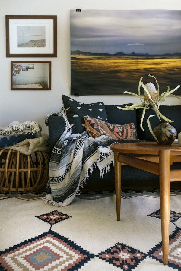 layered textiles bohemian vibes living room | via coco+kelley