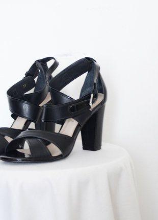 À vendre sur #vintedfrance ! http://www.vinted.fr/chaussures-femmes/sandales/26390596-sandales-en-cuir-noires-kookai-37-neuves-avec-etiquette-jamais-portees