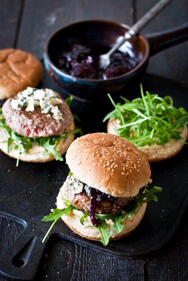 Burger s cibulovou marmeládou a nivou, Foto: Sweet pixel blog