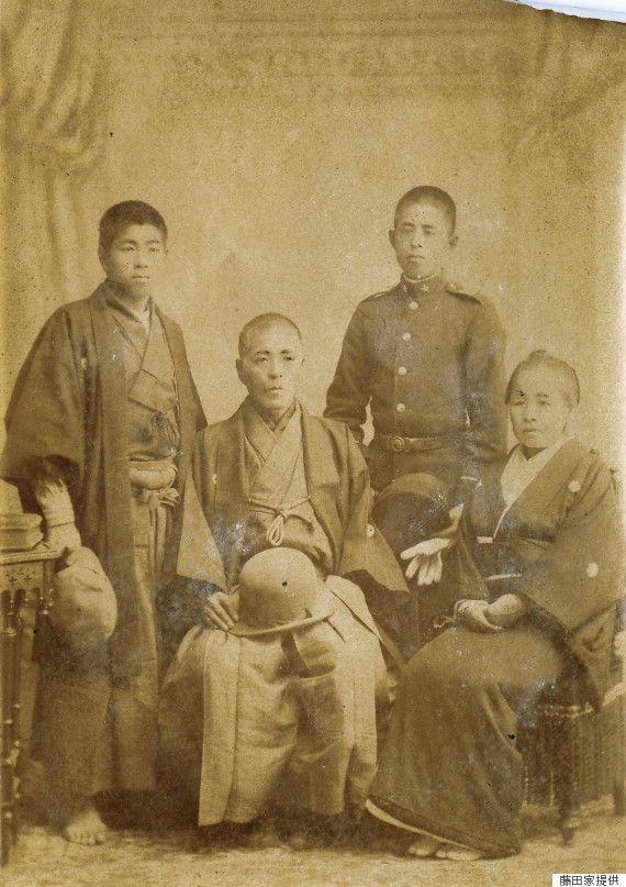 明治30年頃、斎藤一と家族の写真。左から次男の剛、一、長男の勉、妻のトキヲ。