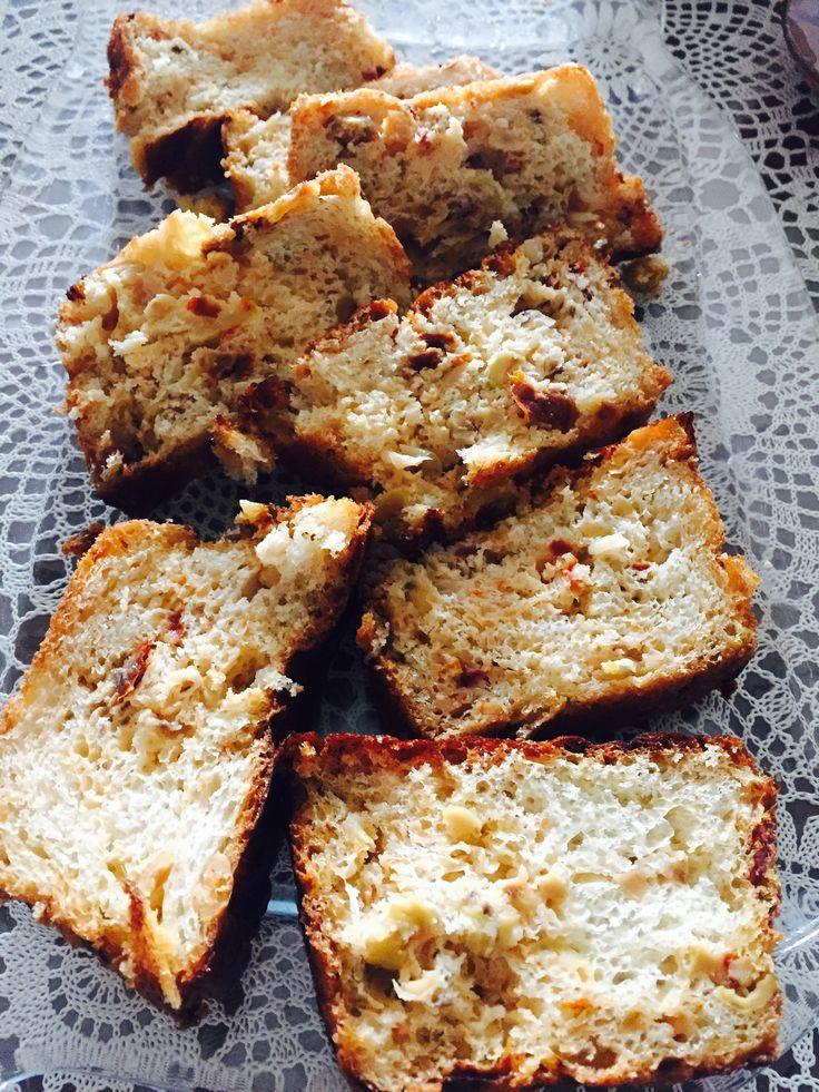 Zeytinli ve kuru domatesli ekmek