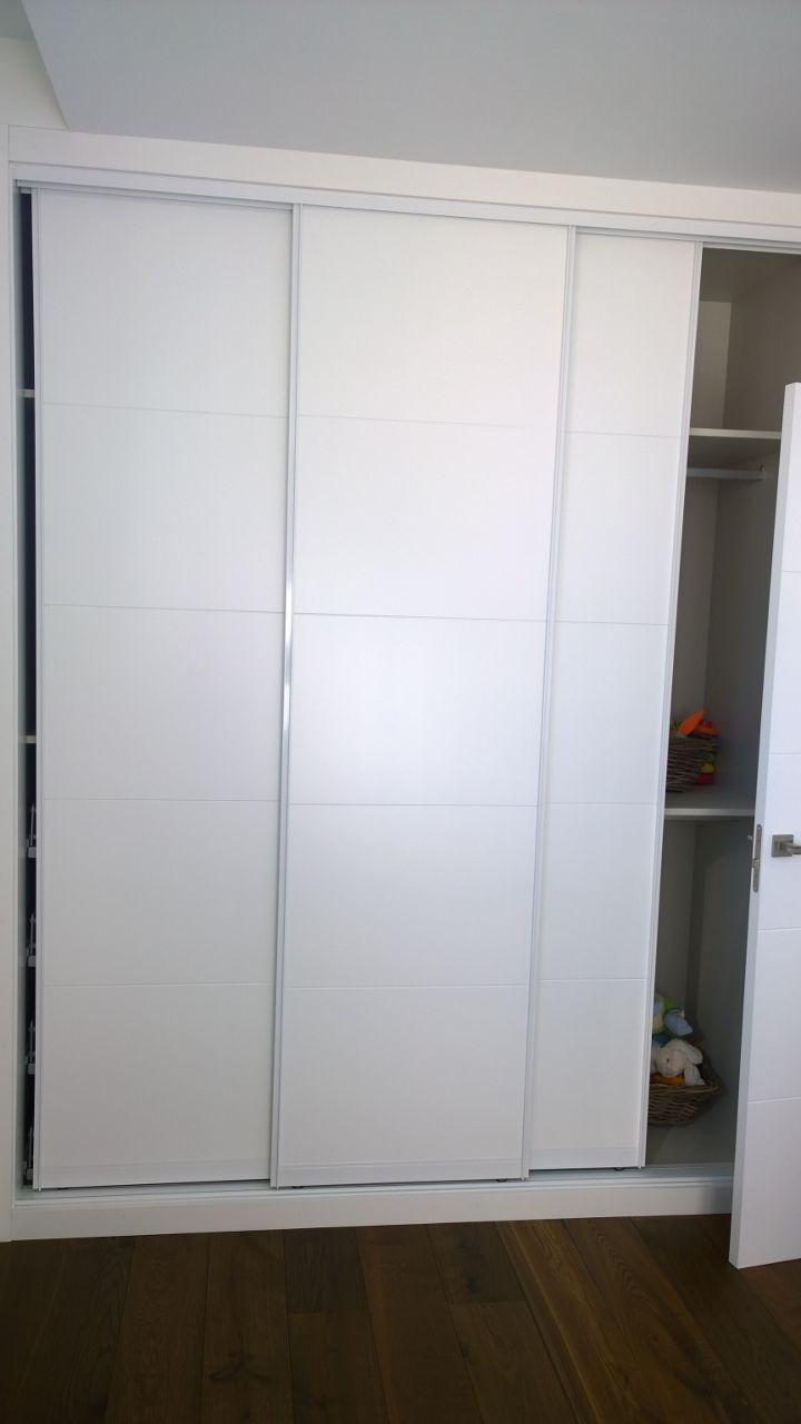 Frente Armario Raumplus, lacado blanco con ranurado horizontal y perfilería de aluminio