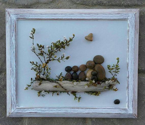 ENVÍO GRATIS  Esta pieza se realizará para ordenar en un tablero de pintado a mano. Nota: Después de la aprobación de cliente - dependiendo de la disponibilidad, puede reemplazarse el corazón en forma de roca con una piedra redonda.  Familia de seis reunidos en al aire libre sentado en un tronco. Esto sería un regalo tan especial para cualquier ocasión.  Materiales (piedras, rocas, musgo, plantas del desierto, ramitas) se obtienen de mi desierto local.  El marco es abierto, pintado en…