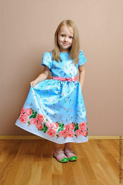 Платье с розами. Атласное платье с розочками.Великолепное платье которое украсит любую принцессу. Цветочный принт на ткани с переливом от нежно-голубого до небесно-голубого.    Here are some beautiful  Dresses for your girls. Very floral and colorful.