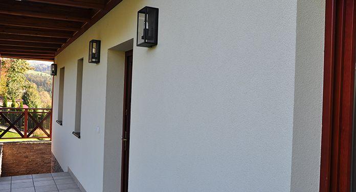 Kinkiet Norlys Lofoten, to bardzo oryginalna oprawa, która za przeszkloną szybką, skrywa dekoracyjną żarówkę, nadając lampie stylu industrialnego. Świetne rozwiązanie zarówno dla podświetlenia elewacji, a także na balkon, czy taras.