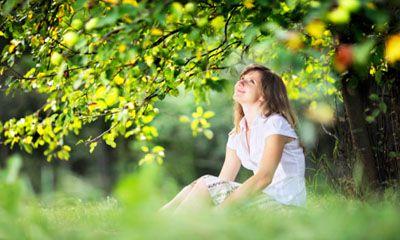 Estas buscando la felicidad o quieres aprender a ser feliz. Echemos un vistazo a algunas formas prácticas para traer felicidad a nuestras vidas en este momento.