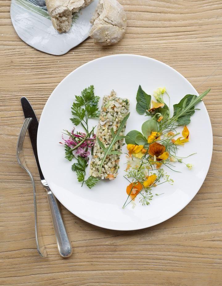 Recette Taboulé de sarrasin : Faites chauffer le bouillon de légumes. Lorsqu'il est très chaud, versez-y le sarrasin en pluie, puis laissez-le tremper 10 mn hors du feu. Remettez-le à cuire 7 à 8 mn, égouttez-le en réservant le bouillon de cuisson et laissez-le refroidir. Prélevez-en 50 g ...