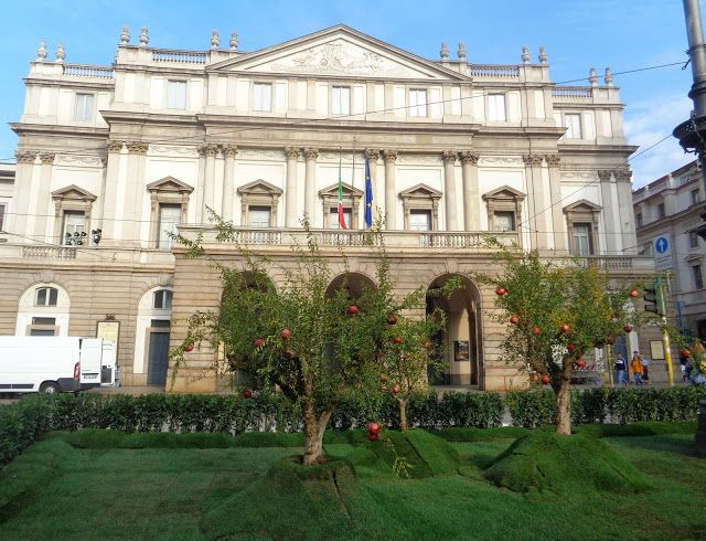 I melograni davanti alla Scala di Milano https://lefotodiluisella.blogspot.it/2017/09/melograni-milano-green-carpet-awards.html